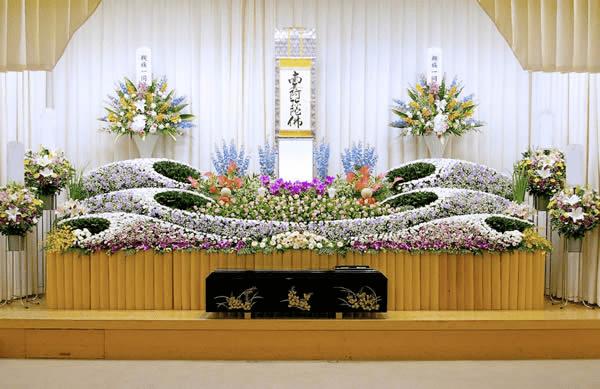 花祭壇と塗り棺希望堺市立斎場にて